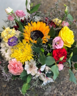 Ramo rosas y flor variada