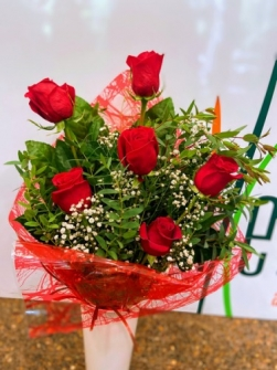 Ramo 6 rosas rojas com jarrón de cristal