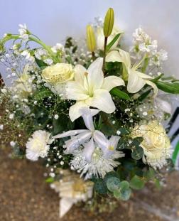 Ramo rosas con lilium y jarron de cristal