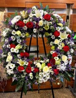 Corona de claveles rojos con cabezal de flor variada