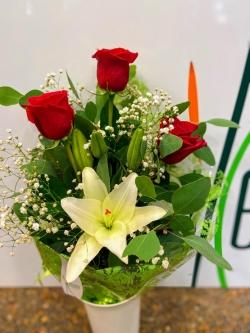 Ramo de rosas y lilium