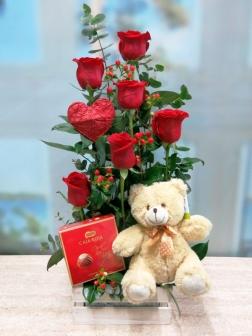 Centro de rosas  rojas con peluche y bombones