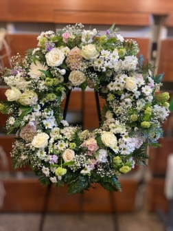 Corona de clavel con cabezal de flor variada