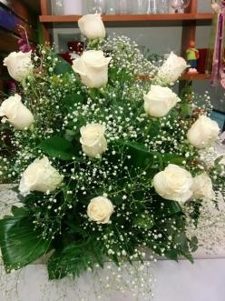 Centro de 12 rosas frescas  funeral