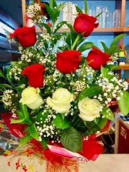 Ramo de rosas rojas y blancas frescas funeral
