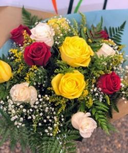Ramo 12 rosas de colores