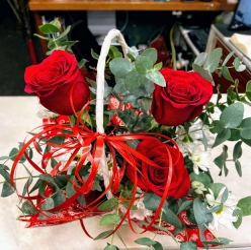 Cesta de  rosas rojas