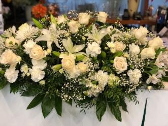 Centro de rosas frescas blancas